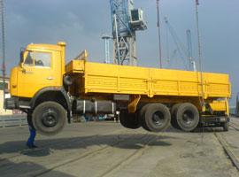 Подъём грузового автомобиля цепными стропами